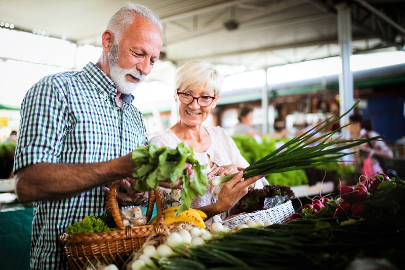 couple shopping at the farmers market