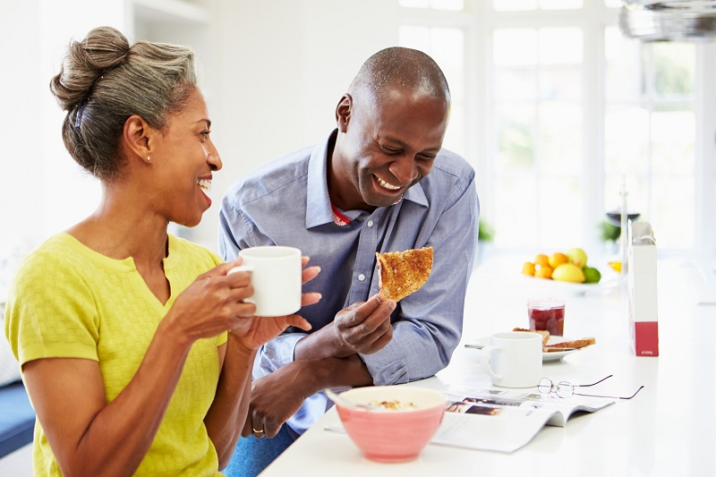 couple eating breakfast to lose weight